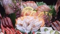 *夕食・追加一品料理/お刺身盛り合わせ(2~3名盛り)ご予算に応じて大人数様向けの船盛もございます。
