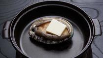 *夕食一例/鮑の踊り焼き。焼きたてにお好みでバターをのせてどうぞ。