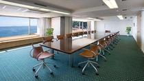*小会議室(ハイビスカス)/眺望豊かなスペースに、木製1枚板の重厚な テーブルを2本配置。2分割も可