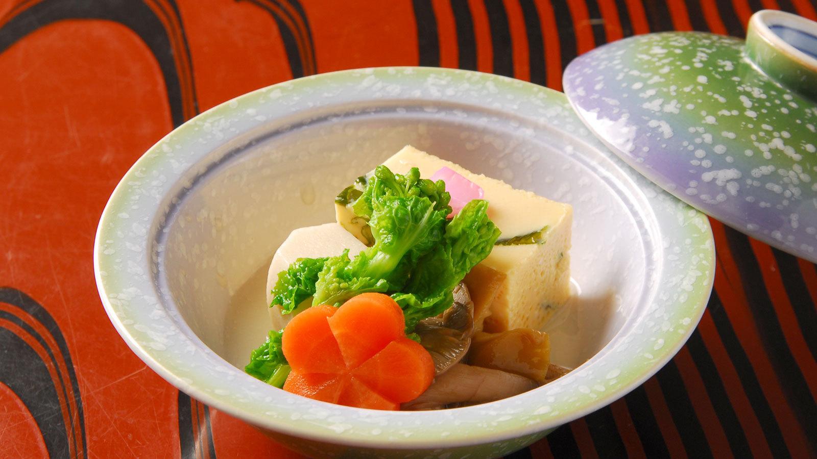 *お夕食一例 煮物 四季折々の旬の食材を調理した一品。
