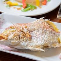 *お夕食一例(焼き魚)/近海で水揚げされた新鮮な海の幸をシンプルに塩焼きに。レモンをキュッと絞って。