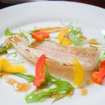*お夕食一例(カルパッチョ)/軽く炙ったお魚にソースをつけて。お野菜は島で採れた新鮮な食材。