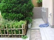庭の一画にある温水シャワー