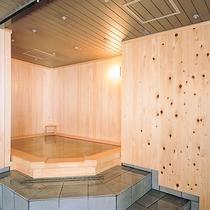 ● 抜群の心地よさの檜風呂をマロニエ独自の温泉で楽しむ。