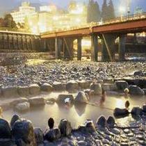 ● 日本三銘泉 ● 名物の河川横にある無料の露天風呂で思い出作り。
