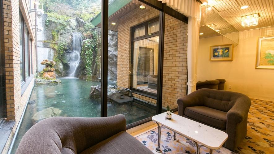 *【ロビー】窓の外の池には錦鯉が見えます♪