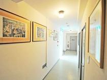 【廊下】オーナーお気に入りの絵画が並ぶ