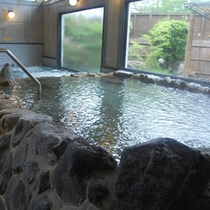 【大浴場】岩風呂風の浴槽で湯あみをお楽しみください