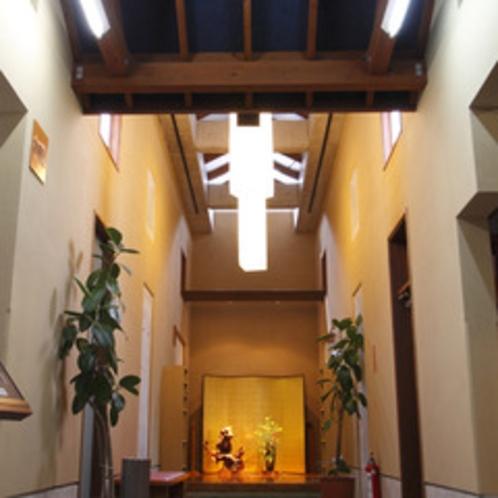 和モダンな佇まいの廊下