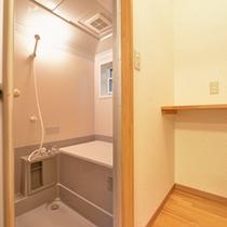 *【4~5名用コテージ】簡素ではございますが、バスルームを完備いたしております。
