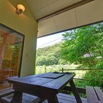 *【4~5名用コテージ】テラスのテーブルに腰かけながら、南アルプスから吹く心地よい風に癒されて。