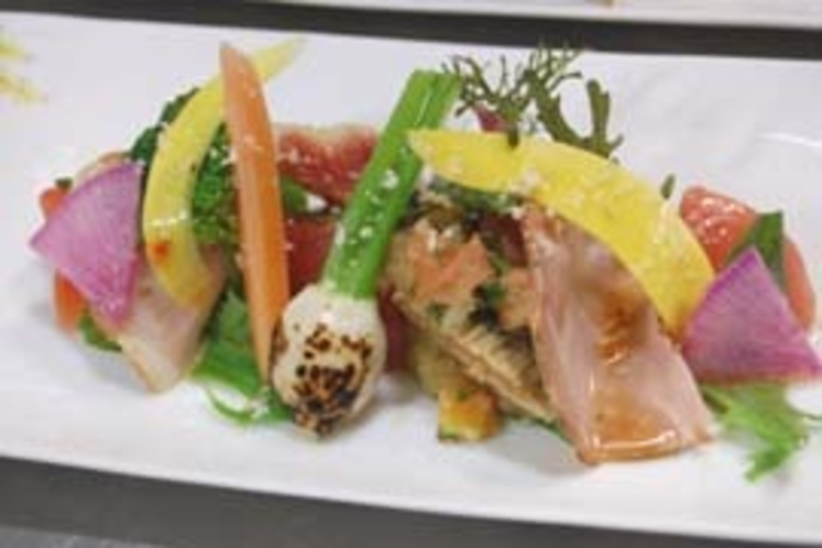 山桜でスモークした自家製スモークハムと地産野菜のサラダ