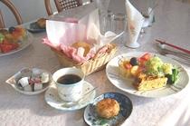 朝食。高原野菜たっぷりのサラダ。自家製パンはポテトとバターを加え、もっちりと!具だくさんのオムレツ。