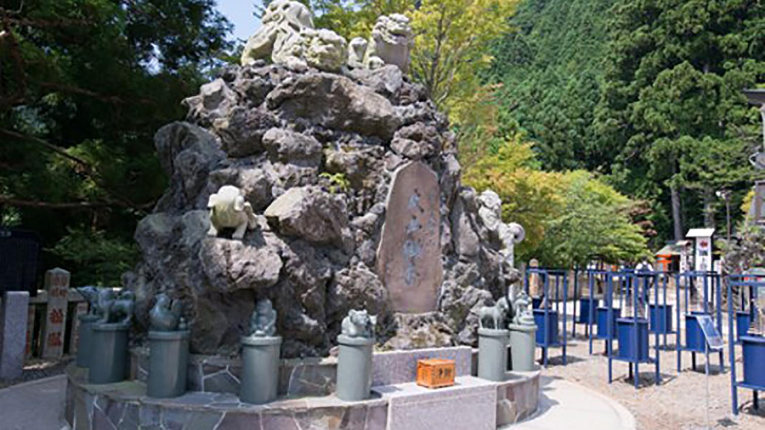 *【周辺情報】大山阿夫利神社(下社)。日本三大獅子山として獅子(狛犬)の像が奉納されています。
