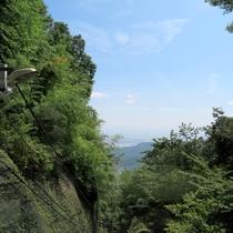 *【周辺情報】ケーブルーカーからの眺め。緑の豊かな大山、遠くには相模平野が見渡せます。