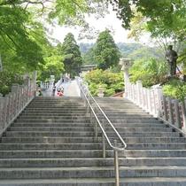 *【周辺情報】阿夫利神社下社へ続く階段。標高が高く爽やかな風が吹きます。