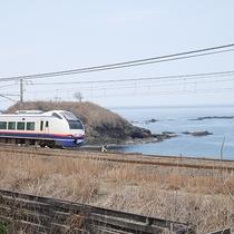 *[部屋からの眺め]海をバックに走る列車の姿が見られる、電車好きにはたまらない絶景スポット!