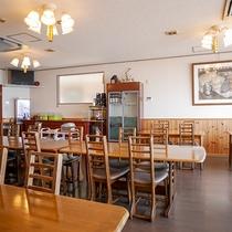 *[本館食事処]夕朝のお食事はこちらでご用意致します。明るいテーブル席でお召し上がり下さい。