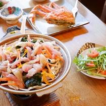 *[夕食一例]海の幸が豪華に散りばめられた海鮮鍋。熱々をお召し上がりください。