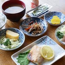 *[朝食一例]あたたかいお味噌汁にご飯、定番の和朝食で一日を元気にお過ごし下さい。
