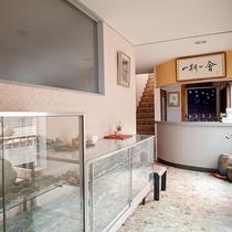 *[本館フロント]海辺の宿なので、館内には珍しい貝殻もたくさん展示されています。