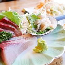 *[夕食一例]お刺身の盛り合わせ。季節ごとの旬の内容でご用意致します。