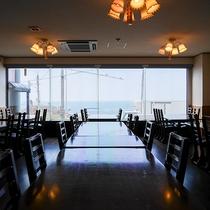 *[本館食事処]海を望む眺望豊かな食事処。特に夏場は夕日が沈む景色を眺めながらお食事が楽しめます。