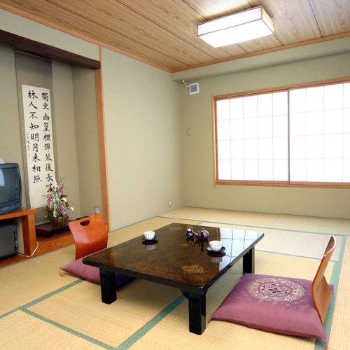 【和室12畳 憩いの間】 旅館らしい和室のお部屋。畳の上でゆったりと過ごす時間は心安らぎます。