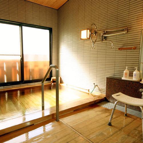 大浴場にもバリアフリー設計がされており、段差が少なくなっております。