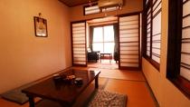 ■【本館 客室一例】温泉街に面した和室。畳の上で足を伸ばしてのんびりおくつろぎください。
