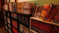 ■【本館 館内】漫画がズラリ!ご滞在中、ご自由にお読みください。
