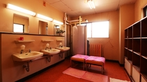 ■【別館 貸切風呂・脱衣所】大きな脱衣所だからリラックスできます。