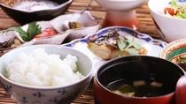 ■【ご朝食一例】ホカホカなお米は地元・大蔵村産。女将さんの手作り朝ごはんはお米がどんどん進みます。
