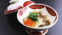 ■【ご夕食一例・季節の煮物】名物の山菜やきのこをふんだんに使った田舎料理。
