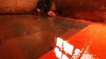 ■【本館 三春屋源泉】白く濁った独自源泉と天然御影石で作られた浴槽。