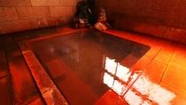 ■【本館 三春屋源泉】肘折温泉には、肘を折った老僧がお湯に浸かった途端、傷が癒えたという説も。