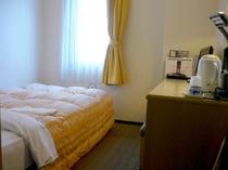 ■客室:シングルルームのデスクは広々機能的!