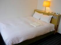■客室:ダブルルームは16.5平米&ベッド幅は140cmとゆったりサイズ