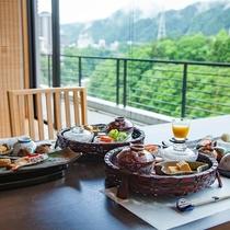 【桜薫楽】鬼怒川のせせらぎと美しい景色を楽しみながらのお食事