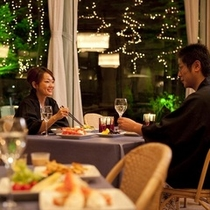 【夕食バイキング】テラス席でゆったりとお料理をお楽しみ下さい。