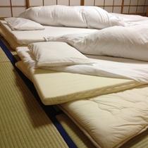 和室のこわだりの寝具は、低反発の敷布団。快適におやすみいただけます