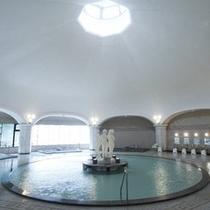 【本格ドーム型ローマ風大浴場】高い天井から、燦燦と降り注ぐ陽光。