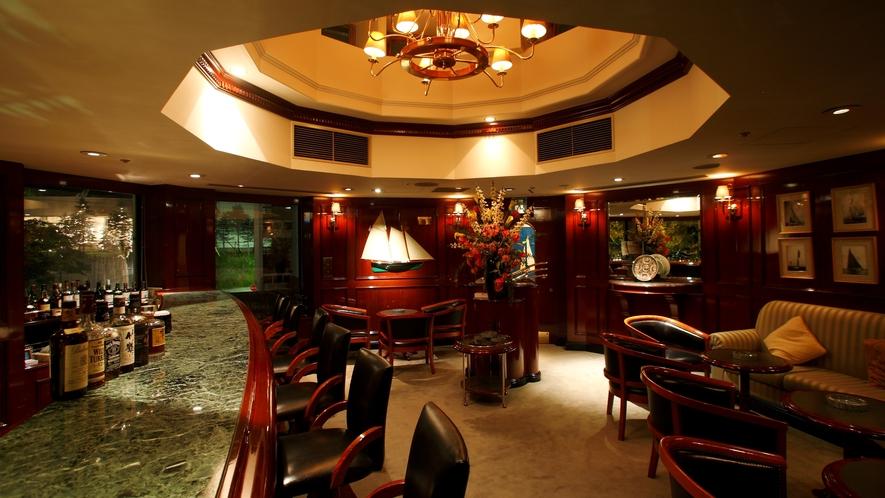 ◆メインバー「ケイ・セブン」/照明を落とした大人の雰囲気の中、 色鮮やかなカクテルをお楽しみください