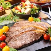 【夕食バイキング】ジューシーで食べ応え充分のビーフステーキ
