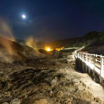 【登別地獄谷】日和山の噴火活動によりできた爆裂火口跡。当館からは徒歩15分程。夜はライトアップも。