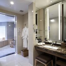 【展望風呂付スイート】照明のついたドレッサー、広い洗面台をご用意。
