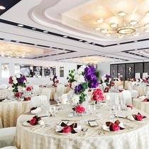 【宴会場・真珠】最大220名までご利用いただける中宴会場です。白を貴重とした明るい印象。