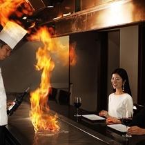 【鉄板焼‐銀杏】豪快に焼きあがる様子を間近に。特別な日のディナーにも最適です。