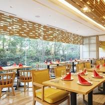 【ALL DAY DINING‐セリーナ】太陽の光が優しくさしこみ、大きな窓から緑が映えるレストラン