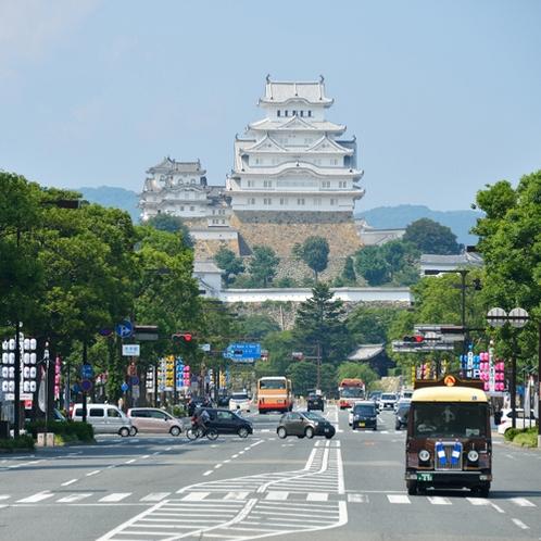 【姫路城】徒歩25分。当館から駅を北方面に抜けると、前方に姫路城が見えます。